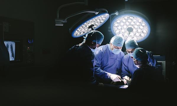 Phẫu thuật cắt bỏ đầu dương vật cho người đàn ông.