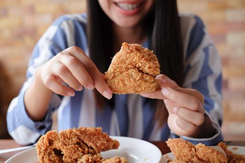 Người làm dịch vụ ăn uống hộ ở Trung Quốc sẵn sàng thay khách hàng ăn các món hại sức khỏe. Ảnh: Shutterstock.