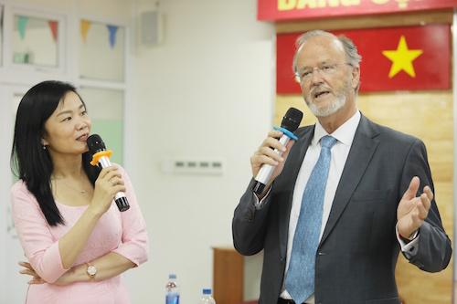 Tiến sĩ, bác sĩ Lưu Ngân Tâm trao đổi về kiến thức dinh dưỡng với Giáo sư Claude Pichard tại Bệnh viện Chợ Rẫy ngày 12/4.