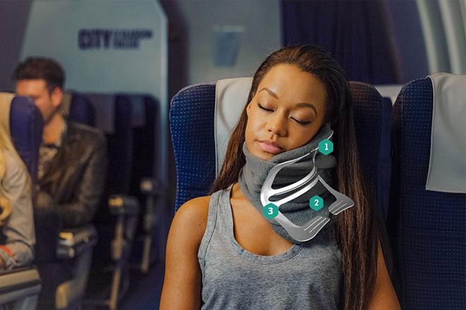 Gối được sử dụng như quấn khăn quảng cổ với khung nâng đỡ giúp người dùng ngủ thoải mái ở tư thế ngồi. Ảnh:Sleep Gadgets