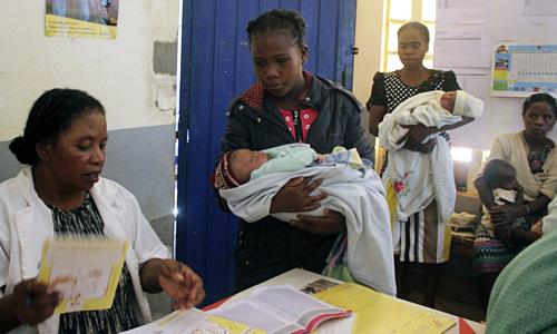 Trẻ sơ sinh được đưa đến tiêm phòng sởi tại Madagascar. Ảnh: AP.