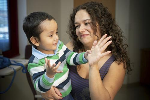 Gael Jesus Pino Alva hai tuổi là một trong những bệnh nhi được điều trị thành công chứng bệnh cậu bé bong bóng nhờ liệu pháp gene mới. Ảnh: AP.