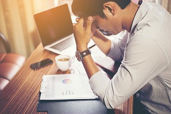 Stress công việc kéo dài gây hại sức khỏe, giảm hiệu suất công việc. Ảnh: Career