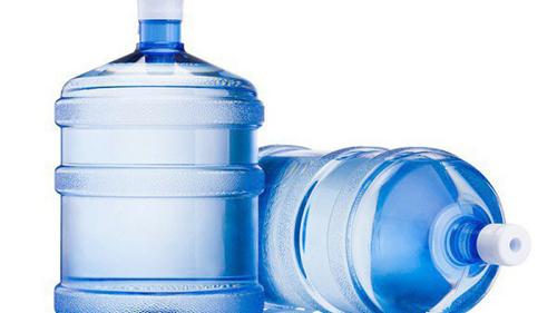 Người dân nên xem xét kỹ chất lượng nước đóng bình trước khi mua.