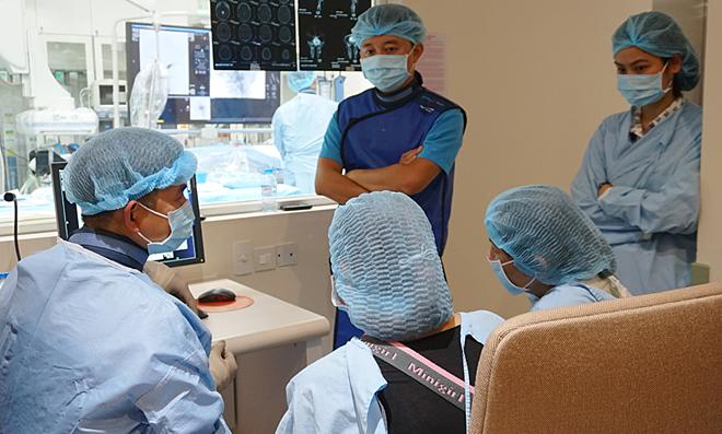 Các bác sĩ trao đổi với người nhà bệnh nhân trước phẫu thuật. Ảnh: Minh Tâm.