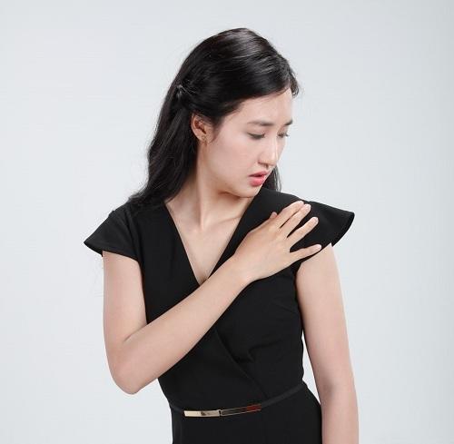 Những mảng gàu vương trên tóc hoặc rơi lả tả xuống vai áo có thể khiến bạn bị đánh giá
