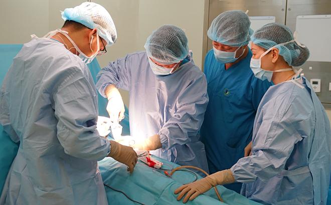 Bác sĩ thực hiện phẫu thuật nội soi cắt túi mật. Ảnh bệnh viện cung cấp.