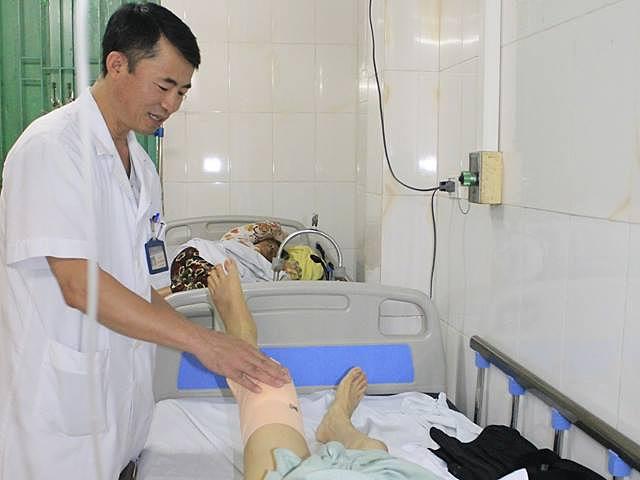 Bệnh nhân hồi phục và có thể tập đi lại sau 4 ngày mổ, Ảnh: Thanh Xuân.