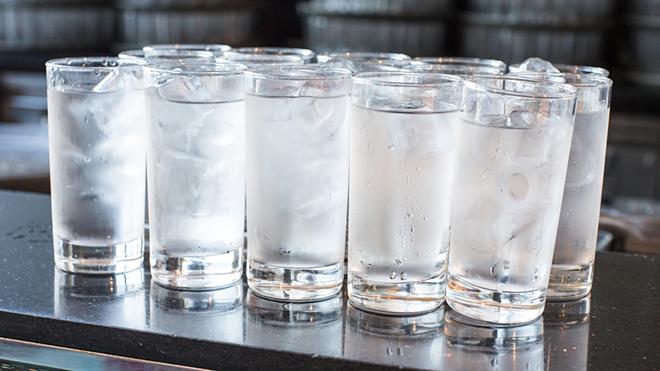 Uống nhiềunước đá trong thời tiết nóng dễ khiến cơ thể bị sốc và mau khát hơn. Ảnh: Today Show