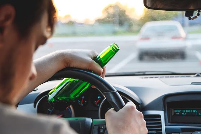 Người lái xe ô tô tuyệt đối không được uống rượu bia. Ảnh:  Shutterstock