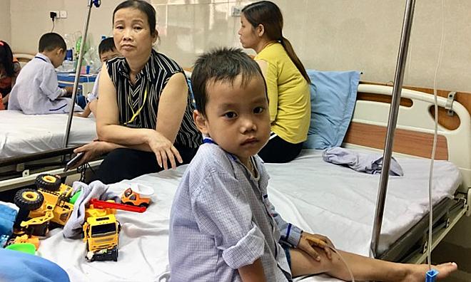 Mỗi tháng, bé Nguyên lên viện huyết học để truyền máu và thải sắt một tuần. Ảnh: L.N