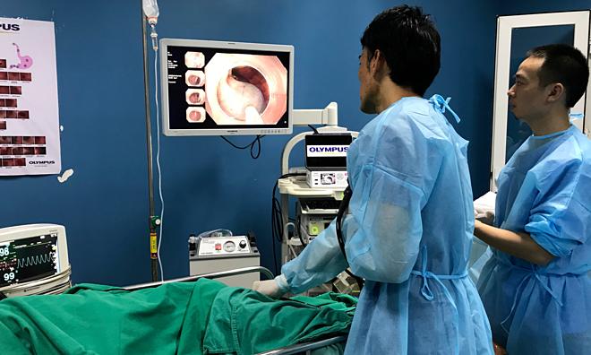 Bác sĩKenichiro Imai thị phạm ca nội soi cắt khối u đại tràng cho bệnh nhân 76 tuổi. Ảnh: Hà Trần.