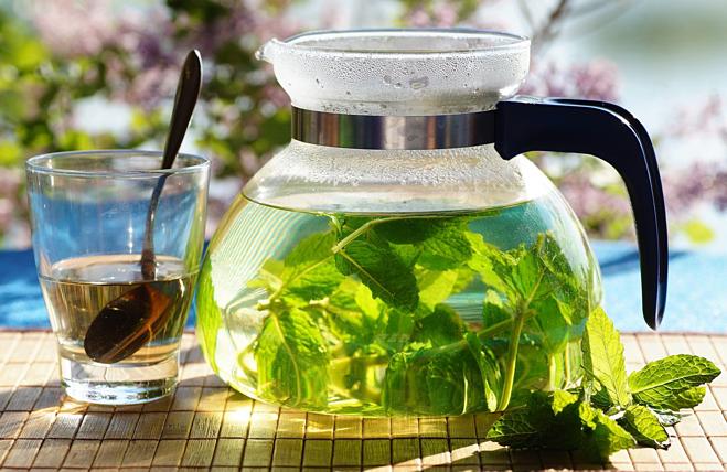 Uống trà ngâm bạc hàmỗi ngày giúp sạch phổi và giảm cảm giác thèm thuốc lá. Ảnh: Cup & Leaf