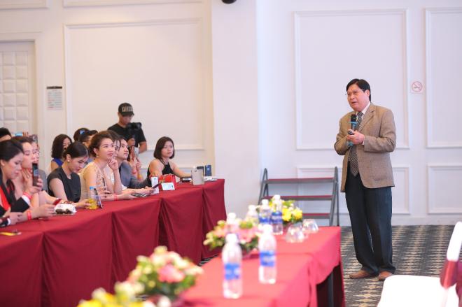 Tiến sĩ Phạm Hưng Củng chia sẻ tại hội thảo về nhụy hoa nghệ tây.