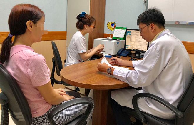 Bác sĩ đang thăm khám cho bệnh nhân tiểu đường. Ảnh: Bệnh viện cung cấp