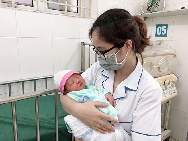 Bétrai được nhân viên y tế chăm sóc sau khi nhập viện. Ảnh: Bệnh viện cung cấp