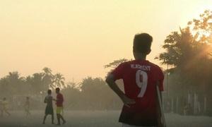 Cậu bé Myanmar khuyết tật một chân chơi đá bóng