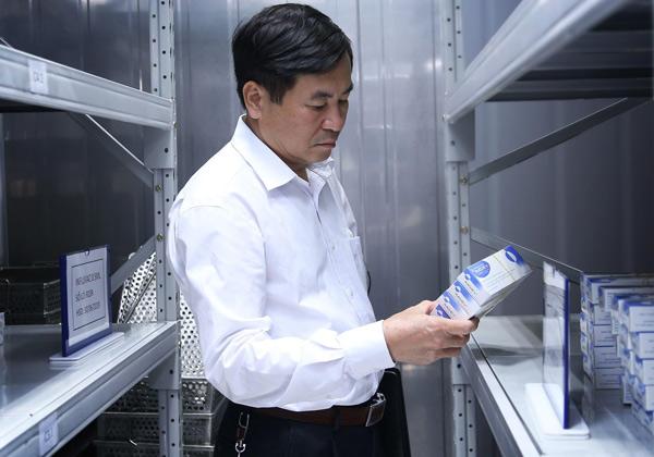 Ông Nguyễn Xuân Hồng, Phó Giám đốc Sở Y tế Nghệ An tham quan kho vắcxin Imojev tại VNVC TP.Vinh