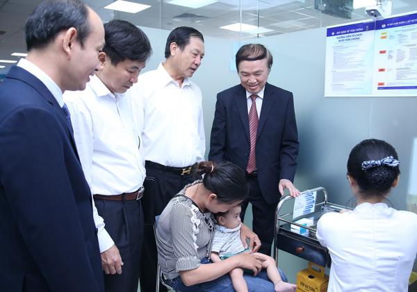 GS.TS Nguyễn Trần Hiển - Phó Chủ tịch thường trực Hội Y học dự phòng Việt Nam (người ngoài cùng bên phải) cùng các vị lãnh đạo tỉnh tham quan quy trình tiêm chủng tại VNVC.