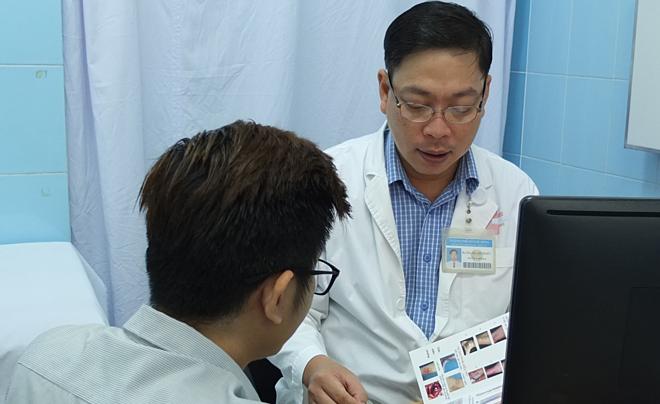 Bác sĩ Bệnh viện Bình Dân tư vấn bệnh lý mạch máu ngoại biên cho bệnh nhân. Ảnh: Trần Nhung.