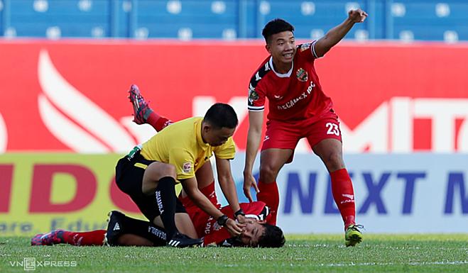 Cầu thủ bị tụt lưỡi sau va chạm mạnh với đội bạn. Ảnh: Đức Đồng