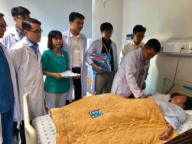 Các bác sĩ của 9 chuyên khoa đang thăm khám cho bệnh nhân. Ảnh: Bệnh viện cung cấp