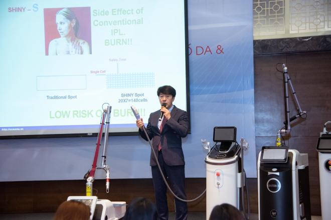 Chuyên gia Hàn Quốc chia sẻ các phác đồ điều trị của bản thân tại hội thảo.