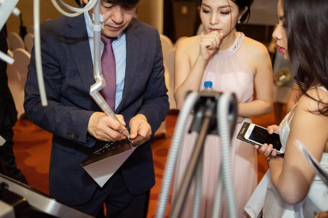Chuyên gia hướng dẫn sử dụng các công nghệ laser Smartrion Q đời mới nhất cho khách hàng tham dự hội thảo.