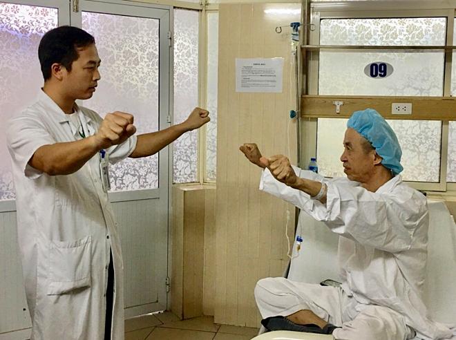 Bác sĩ hướng dẫn ông Son thực hiện các động tác đơn giản sau phẫu thuật. Ảnh: Lê Nga.