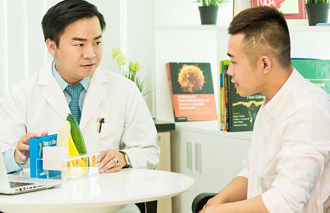 Nam giới cần đi khám bác sĩ khi có những bất thường về sức khỏe. Ảnh: Duy Võ.