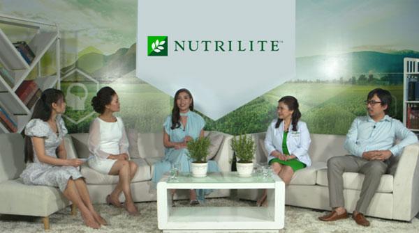 Diễn viên Thúy Diễm, bác sĩ Đỗ Thị Ngọc Diệp - Giám đốc Trung tâm Dinh dưỡng TP HCM, Giáo sư Cù Trọng Xoay Đinh Tiến Dũng và các nhà khoa học của Nutrilite trong chương trình Lựa chọn TPCN sao cho phù hợp.