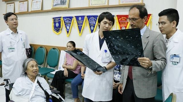 Bệnh nhân bị gãy tay phức tạp được các bác sĩ phẫu thuật theo phương pháp mới. Ảnh: Thế Anh.