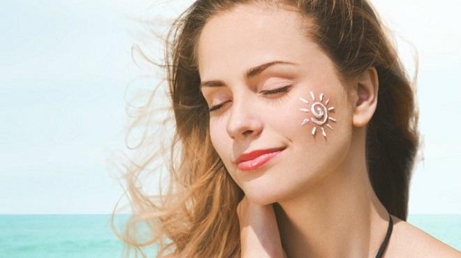 Da mặt thường nhạy cảm, dễ bị tổn thương bởi tia cực tím cần được thoa kem kĩ (Ảnh: eusemfronteiras)