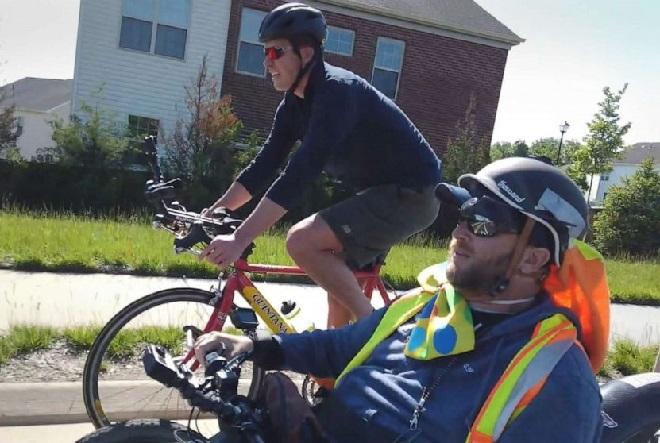 Will Reeve đi xe đạp cùng Janne Kouri trong chuyến hành trình kéo dài 2 tháng trên khắp đất nước. Ảnh: GMA