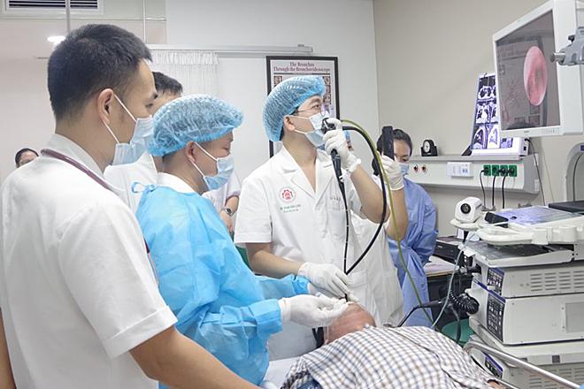 Nội soi phế quản siêu âm tại bệnh viện 108. Ảnh: B.T