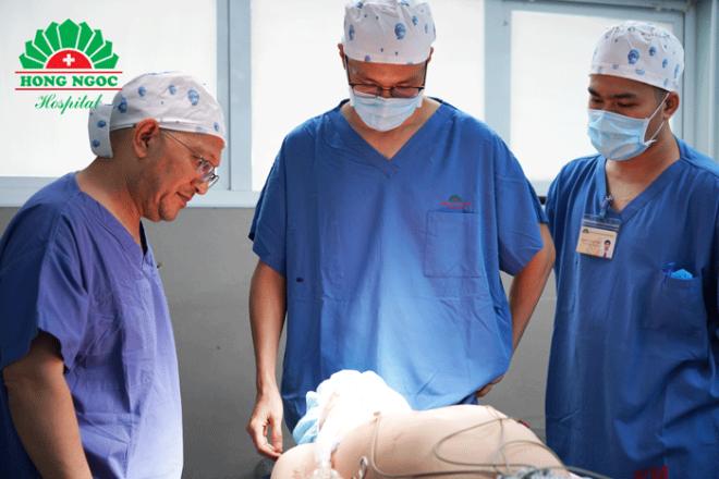 Bác sĩ Tùng và bác sĩ Naresh Jossi đang trao đổi chuyên môn trước ca phẫu thuật.