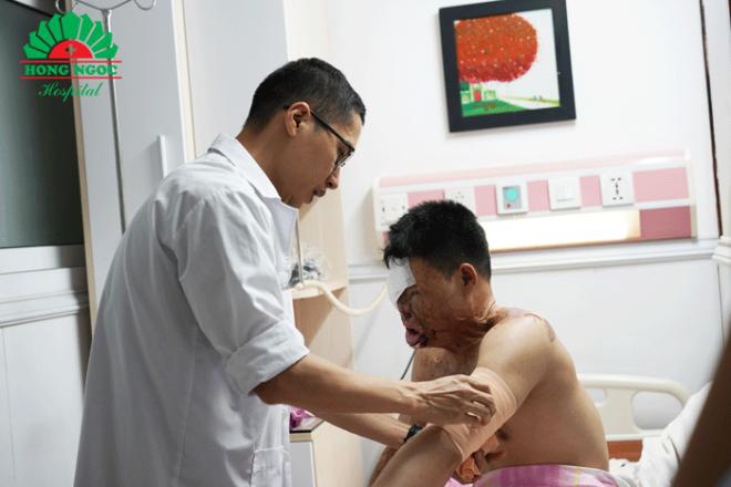 Anh Khuyên được bác sĩ Tùng chăm sóc cẩn thận sau ca phẫu thuật.