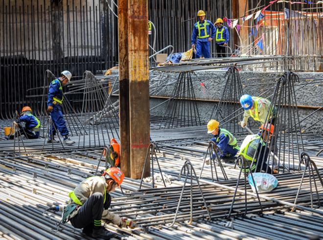 Công nhân đang làm việc tại nhà ga Bến Thành, Quận 1, TP Hồ Chí Minh. Ảnh: Thành Nguyễn