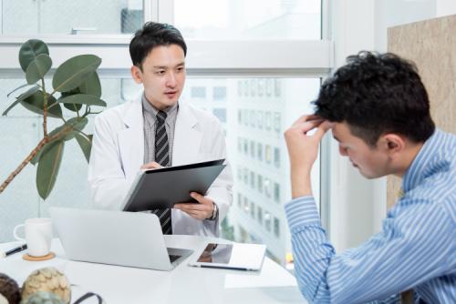 Ở tuổi 40 có thể đối diện với nhiều dấu hiệu về sức khỏe như thị lực kém, vấn đề xương khớp...
