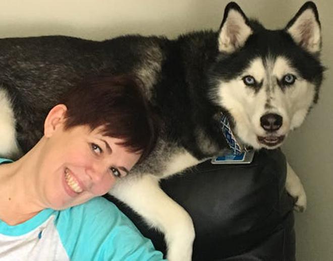 Chó Sierra và bà chủ Stephanie Herfel. Ảnh: Stephanie Herfel.