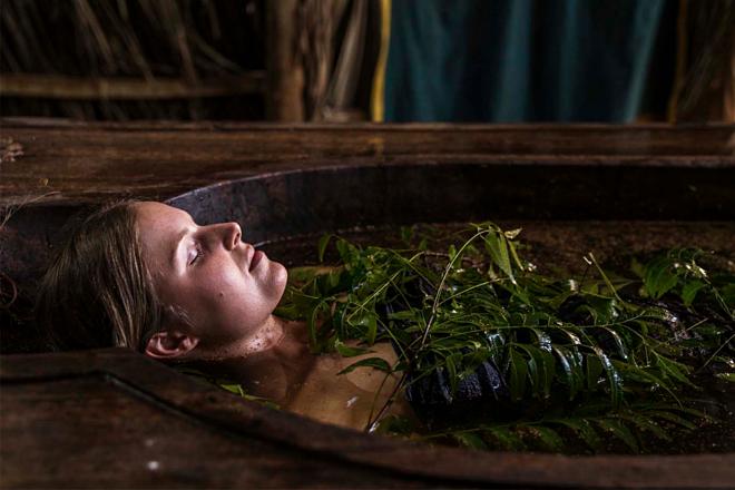 Tắm với nước nóng ngâm lá neem Ấn Độ giúp cải thiện sức khỏe và làn da. Ảnh: Ulpotha