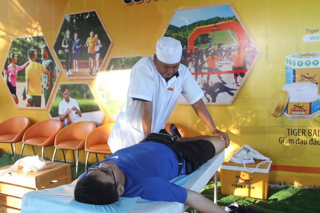 Các bác sĩ và chuyên viên massage của  Tiger Balm khởi động giãn cơ cho vận động viên.
