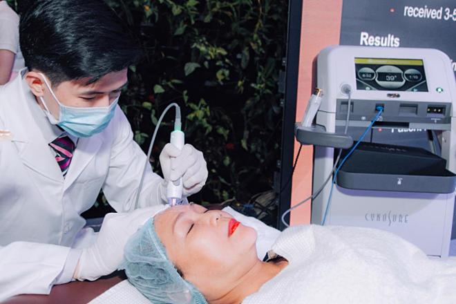 Tempsure Envi có tác dụng kích thích cơ chế tăng sinh collagen của da, giúp giảm thiểu nếp nhăn, lấy lại nét tươi trẻ tuổi đôi mươi.Với kỹ thuật kiểm soát nhiệt độ và thời gian trị liệu chính xác, TempSure Envi cho phép trị cả vùng mặt và cơ thể, àm giảm vết nhăn và săn chắc da bằng cách làm nóng không xâm lấn các lớp sâu của biểu bì da, không làm thương tổn lớp thượng bì. Công nghệ này được FDA (Mỹ) chứng nhận hiệu quả.