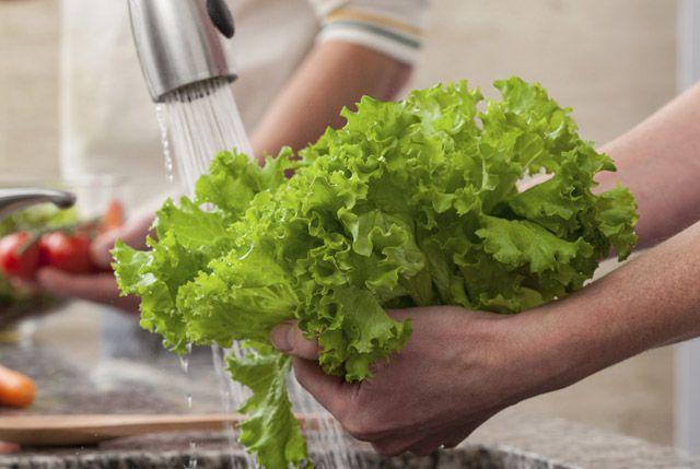 Nên rửa từng lá rau trực tiếp dưới vòi nước chảy thay vì ngâm tất cả trong chậu.