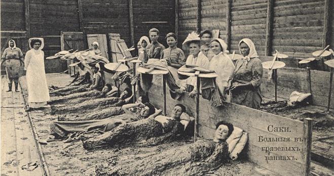 Nhữngphụ nữ đắp lên người hỗn hợp bùn và phân cá sấu để làm đẹp da.