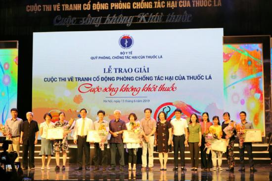 13 tác giả chụp ảnh cùng ban tổ chức chương trình.