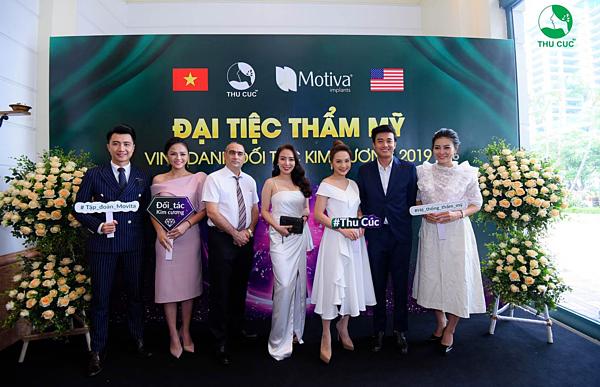 Các diễn viên chụp ảnh cùng khách mời và chuyên gia của Thu Cúc.
