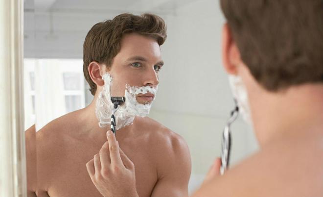 Dùng kem cạo râu giúp cạo nhanh và sạch hơn. Ảnh: The Manual