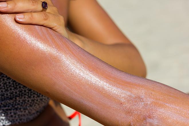 Không bảo vệ da đúng cách trước ánh nắng mặt trời dễ gây lão hóa da sớm. Ảnh: Health