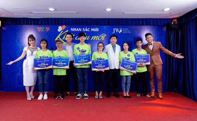 MC Quý Bình hỗ trợ 100 triệu để các thí sinh được phẫu thuật thành công.